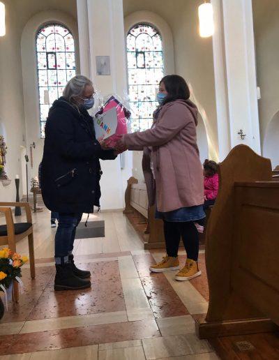 Am Freitag verabschiedeten sich die Kinder und Eltern der Indianergruppe von Frau Karola Okkenga. Es war zum einen sehr emotional, zum anderen ein wunderbarer Abschluss mit Blumen, Präsenten und guten Wünschen für die Zukunft von Karola O. . Mache es gut, wir freuen uns auf ein Wiedersehen in Emden!!