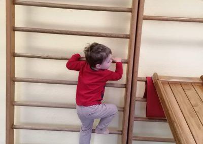 Die zukünftigen Kindergartenkinder aus der Krippe erobern sich den Spielplatz und die Turnhalle
